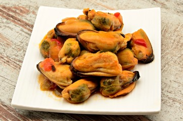 Guiso de mejillones con salsa de tomate,cebolla y pimiento
