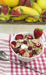 Cereales integrales con frutos rojos deshidratados.