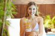 Attraktive Frau mit Cocktail