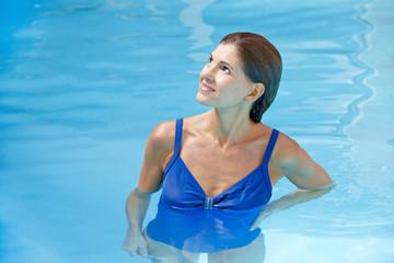 Ältere Frau im Schwimmbecken