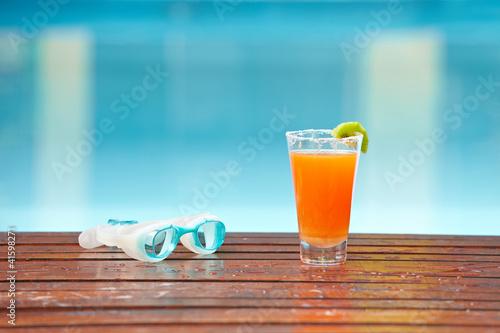 Cocktail am Pool mit Schwimmbrille