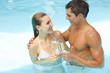 Paar mit Sekt im Pool