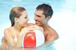 Detaily fotografie Paar im Pool mit Wasserball