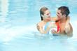 Paar badet mit Wasserball