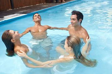 Gruppe bildet Kreis beim Aquafitness