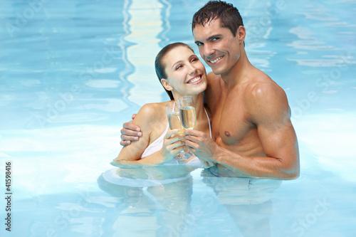 Paar feiert romantisch im Pool