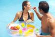 Romantisches Frühstück im Pool