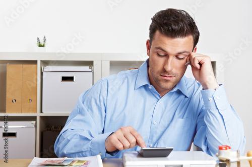 Manager rechnet mit Taschenrechner