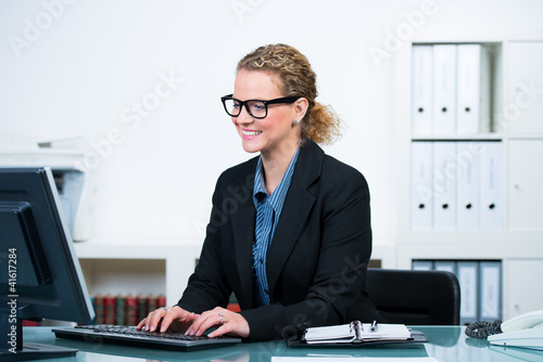 freundliche sekretärin am computer