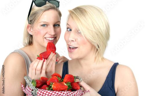 frische Erdbeeren probieren