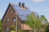 Wohnhaus mit Solarzellen auf dem Dach