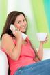 entspannt mit einer tasse kaffee telefonieren