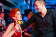 Junges Paar in einer Bar oder Club trinkt Cocktails