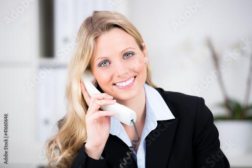 Leinwandbild Motiv fröhliche geschäftsfrau am telefon