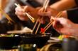 Junge Leute essen in einem Thai Restaurant - 41662404