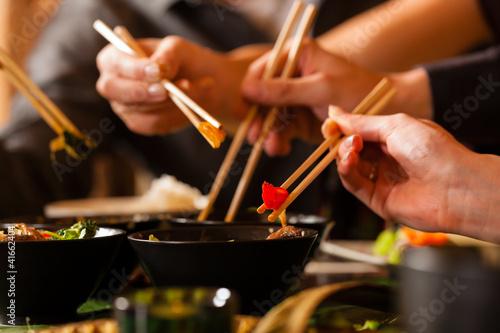 Junge Leute essen in einem Thai Restaurant