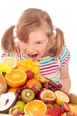 Kleines Mädchen mit viel Obst