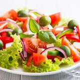 Sałatka z warzywami z serem feta i oliwkami zielonymi