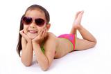 Fototapety enfant allongée  en maillot de bain et lunette de soleil