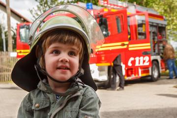 Kleiner Junge mit Feuerwehrhelm