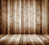 Innenraum mit Holzwand