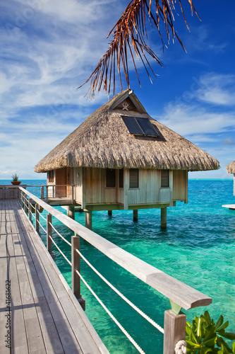 drewniany-most-do-chaty-nad-woda-w-oceanie