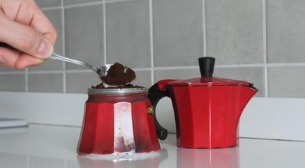 Riempire di caffè la moka