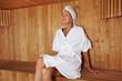Seniorin erholt sich in Sauna