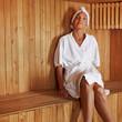 Seniorin entspannt in Sauna