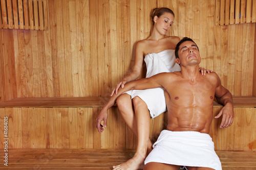 Mann und Frau entspannen in Sauna