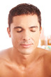 Mann bei Behandlung in Schönheitsklinik