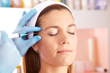 Frau in Schönheitsklinik bekommt Spritze