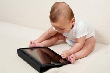Baby mit kleinem Computer