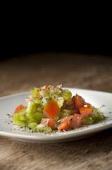 plato vegetariano tomate pimiento sobre madera