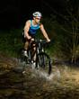 Mountainbiker durchquert Bachbett
