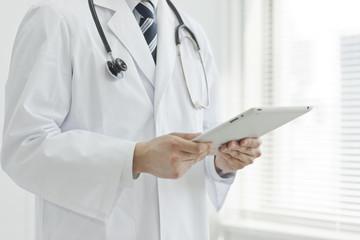 タブレットPCを持った医師