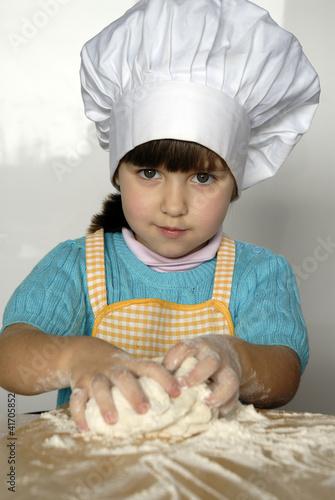 Peque a ni a cocinando y preparando masa en una cocina by - Nina cocinando ...