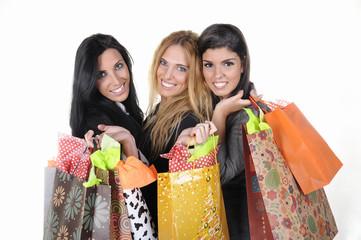 Sonrientes amigas con bolsas de compra