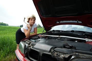 Geschäftsfrau mit Werkzeug vor Auto