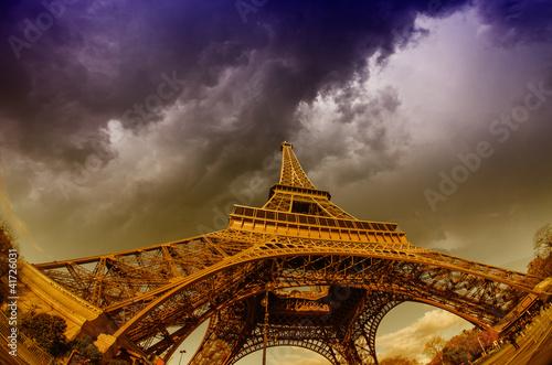 Piękne zdjęcia z wieży Eiffla w Paryżu z przepięknych nieba w.