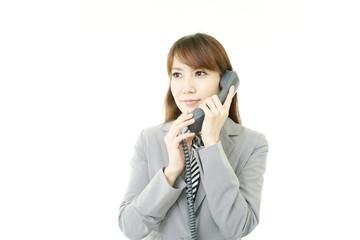 電話対応をするオフィスレディー