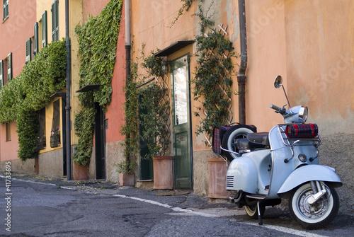 vintage-skuter-zaparkowany-na-ulicy