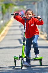 Niña montada en un triciclo