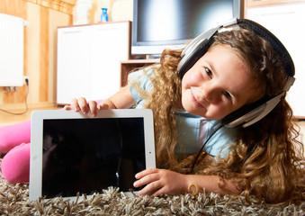 Kind mit dem Tablet PC