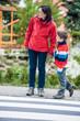 Mutter und Sohn am Schutzweg