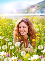 lachendes Mädchen in Pusteblumenwiese / dandelion-3