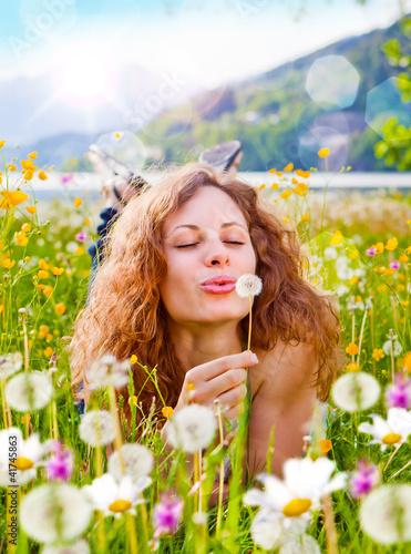 Mädchen pustet Pusteblume in Wiese / dandelion-5 - 41745863