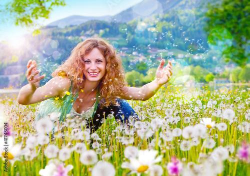 Mädchen wirft Pusteblumen in die Luft / dandelion-2