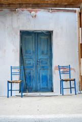 Dos sillas en una calle cercana al puerto de Fira. Santorini. Gr