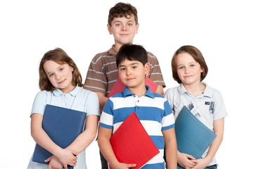 vier schüler mit schulhefte